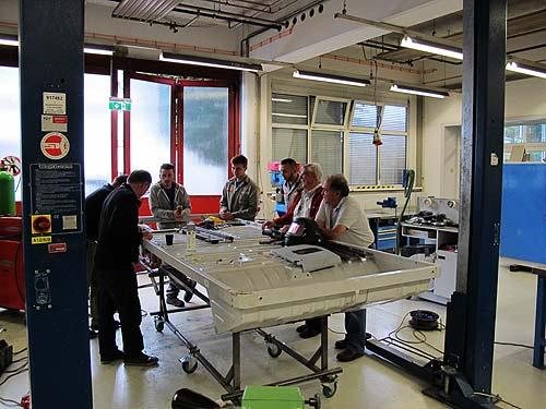 Arbeit an der Plattform im Berufsausbildungszentrum der Magna Steyr Fahrzeugtechnik