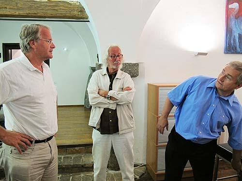 Staat, Markt und Zivilgeselslchaft auf einem Bild; von links: Bürgermeister Peter Moser (Ludersdorf-Wilfersdorf), Künstler Winfried Lehman (Fokus Freiberg) Und Unternehmer Ewald Ulrich (Ana-U)