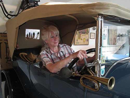 Unsere Vortragende Lisl Mesicek in einem Steyr in der eigenen Garage