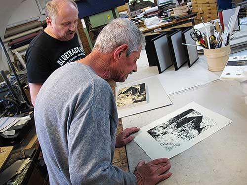 Graphic Novelist Chris Scheuer, hinter ihm Buchbinder Johann Kober