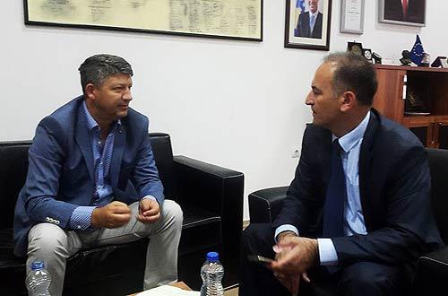 Flurim Zeqiri (links) mit Prof. Dr. Ramë Vataj (Foto: Burim Bajrami)