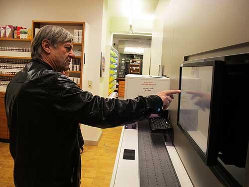 Richard Mayr an der Menschn-Maschinen-Schnittstelle seines Logistok-Roboters