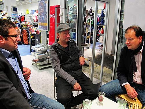 Gespräch im Schaufenster, von links: Otto Sapper, Bernhard Pilz und Wolfgang Weber